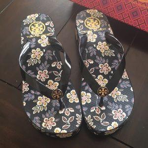 Tory Burch Black sandals w/flower, leaf design